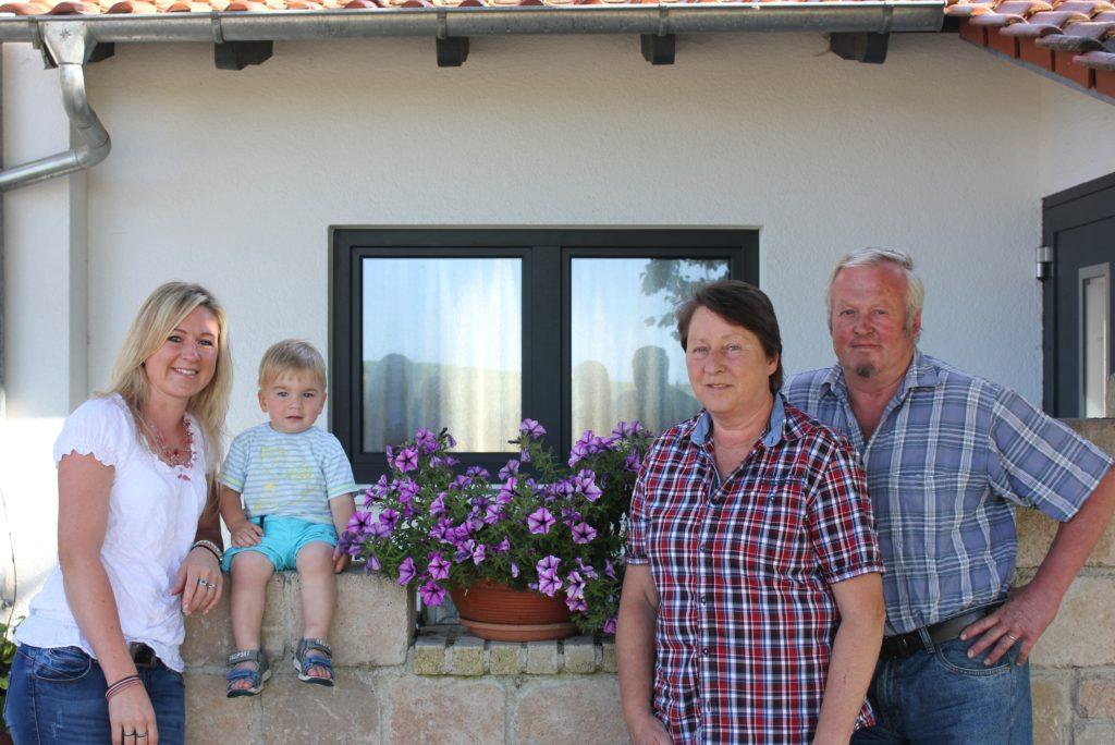 Familie Kelly / Warnke vor ihrem Haus im Bodensee Hinterland