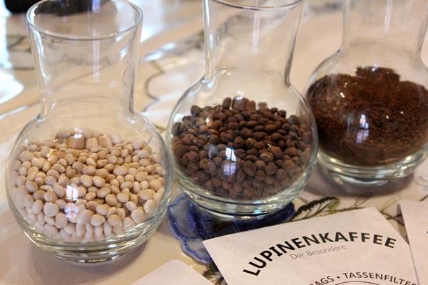 Lupinenkaffee Lupinello Verarbeitungsstadien, getrocknete Süßlupinen, geröstet und gemahlen