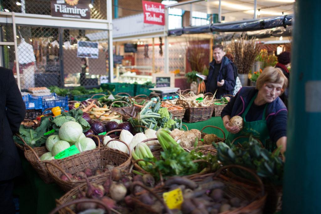 Gemüsestand in der Markthalle Neun in Berlin, die urbane, direkte Lebensmittelversorgung